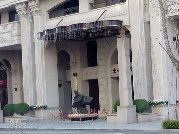 3朱銘太極系列《轉身蹬腳》作品就在「聚合發榮耀」大門口,清晰可見。