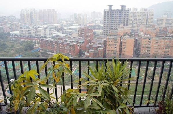 8.走出陽台即可迎面感受到置高處專屬的徐徐清風,如此清悠單純的生活品質也是夫妻倆嚮往的。