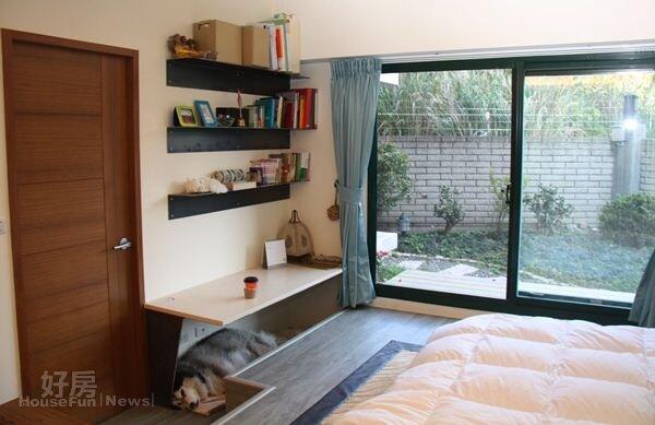 6.架高床鋪搭配落地窗讓人可直接走出室外,衛浴室旁的書桌也夠兩人使用,不過下方空間目前已被愛犬占據。