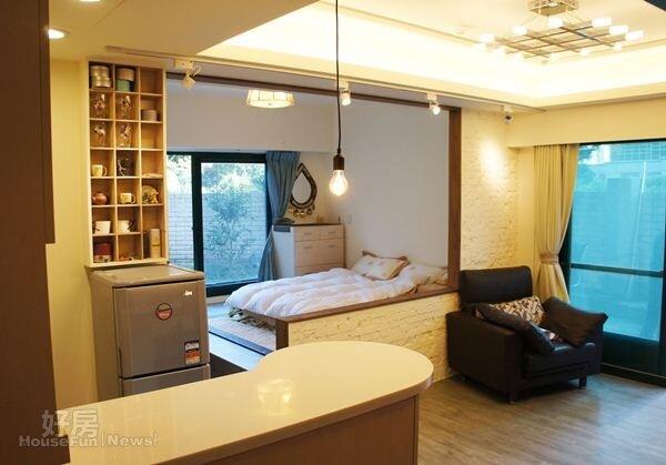 2.L型造型牆面搭配落地窗讓小坪數格局得到解放,一走進室內便立刻即感到空間的通透感。