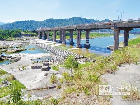 連接三峽及鶯歌的三鶯大橋由於設計不佳車流頻繁,經常發重大死亡車禍,連前鶯歌鎮長詹清火也命喪於此。(陳俊雄攝)