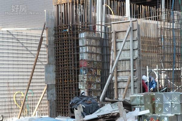 記者實地走訪後發現,部分沙拉油桶被塞進梁柱內(好房News記者曾威智/攝影)
