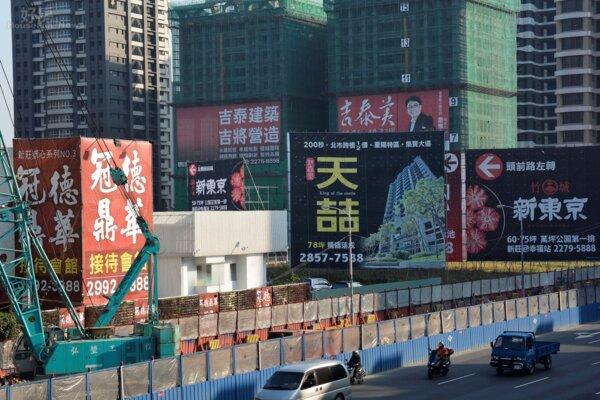 頭前重劃區隨處可見新建案以及建案廣告帆布。(好房News記者 陳韋帆/攝影)