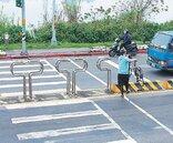 大漢橋車道車阻高 老人沒力抬單車