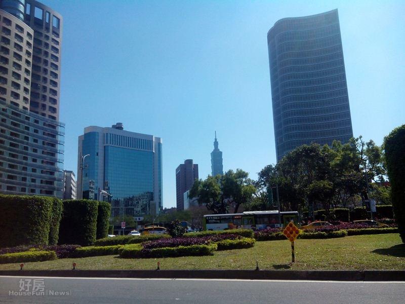 2.仁愛圓環平日車多,但離東區很近,遠望台北101清晰可見。