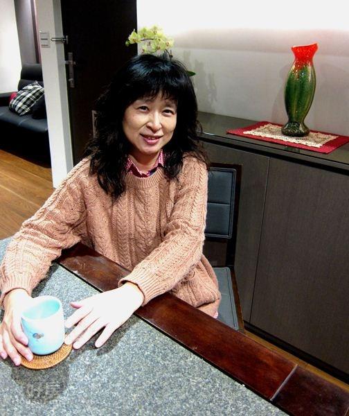 Tiffany開心地在餐廳分享她的新家。