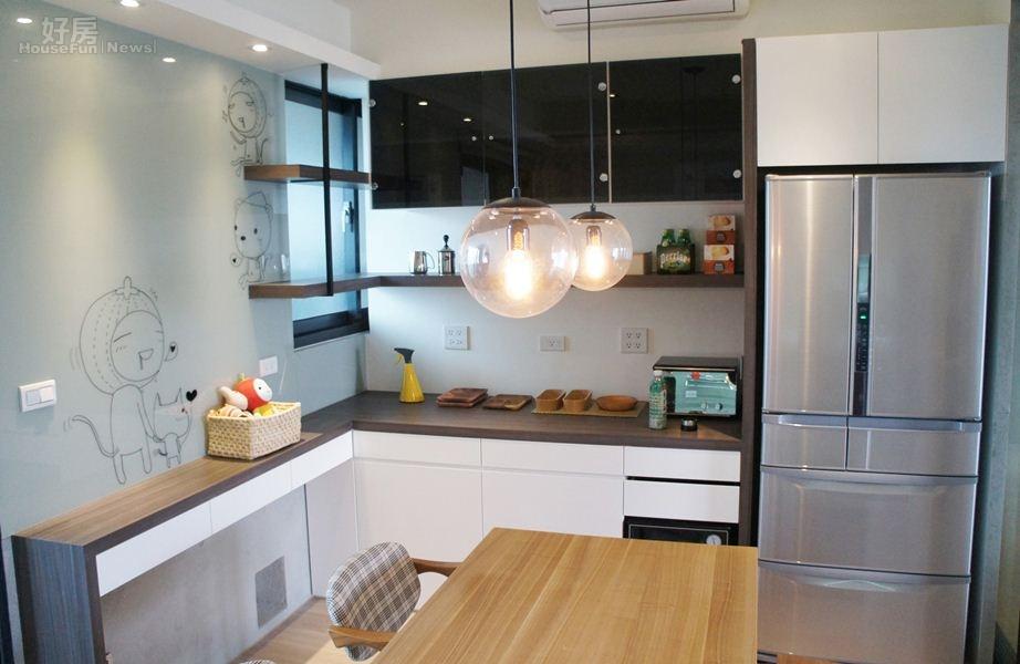 3-4.廚房採日式開放風格,且與客廳之間有四段式拉門設計,當冷氣打開或在炒菜時味道就不會飄到客廳。