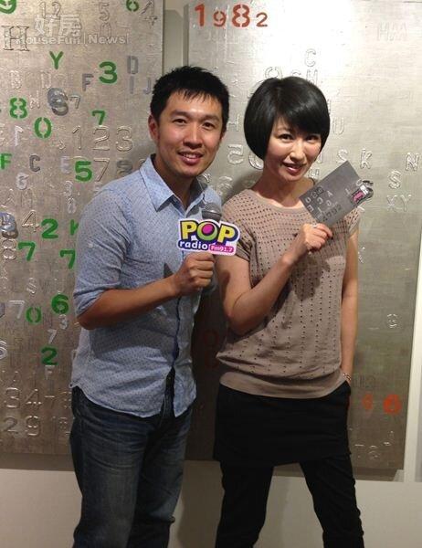 6楊林去年接受電台專訪,和DJ俊菖拍下俏皮照。(圖╱POP Rradio)