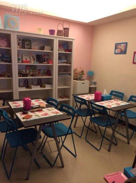 3.休息區擺放了2套桌椅,牆面的白色書櫃放滿自己的作品。