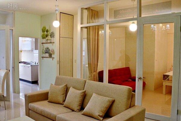 2.利用玻璃穿透性,降低主臥房牆面的壓迫感,讓空間視野更舒暢。