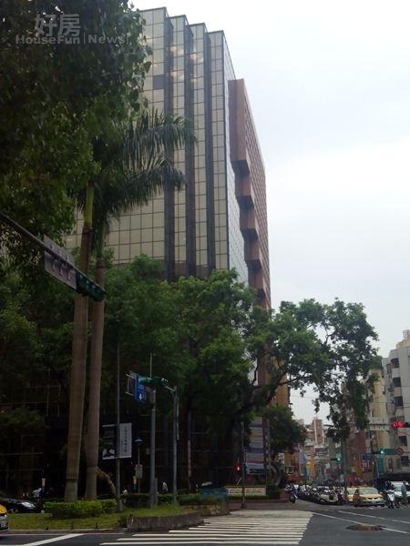 4仁愛路四段不乏住商大樓,道路車水馬龍。