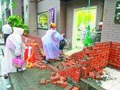 全家超商開店鬧不快 社區砌牆被踹倒