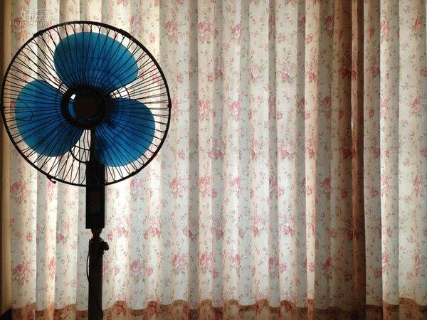 7.窗簾則選擇鄉村風的碎花圖案。