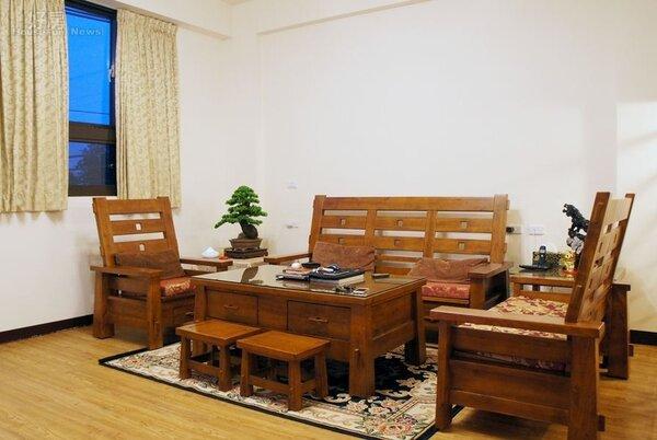 3.住透天厝最大好處在於可享受寬敞大空間,客廳則擺設偏好的原木傢俱佈置。