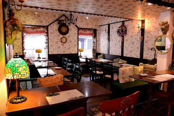 2.以玫瑰花壁紙妝點空間,桌子則以古董縫紉機重新製作,別具特色。