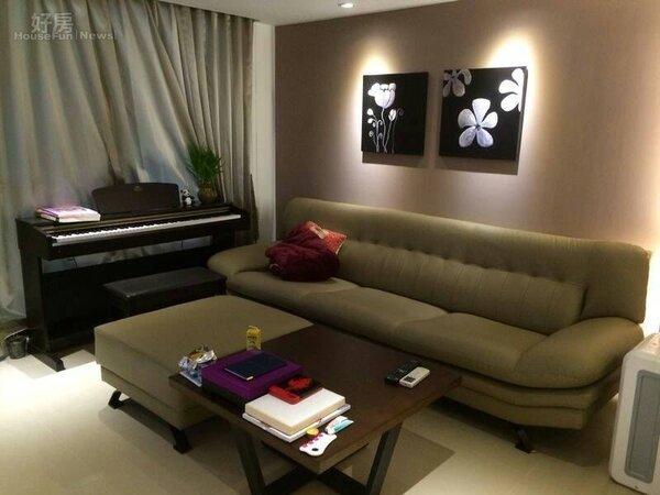 5.客廳小而美,米色沙發、小茶几,咖啡色系的色調搭起來很協調。