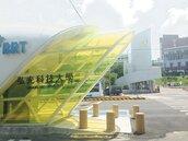 綠燈沒倒數…行人趕搭BRT 卡在車陣