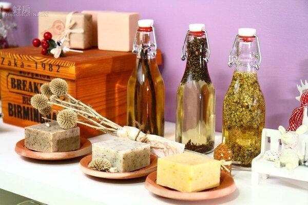 2.Amanda利用玫瑰、永久花、香草豆莢、薰衣草、羅馬洋甘菊、金盞花等天然花草泡在橄欖油自製植物精油,再拿來入皂。