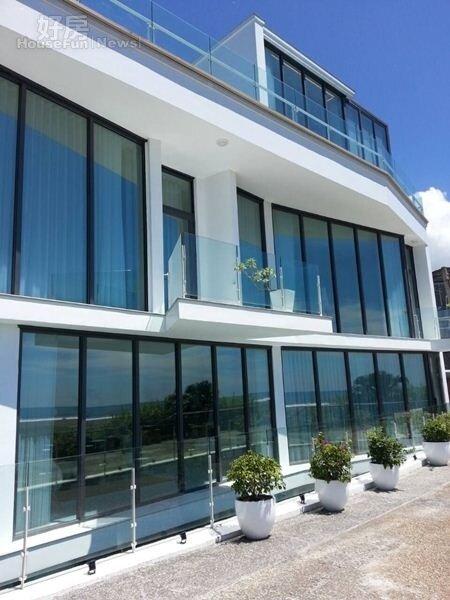 2.民宿外觀是白色有著大片落地窗的建築。