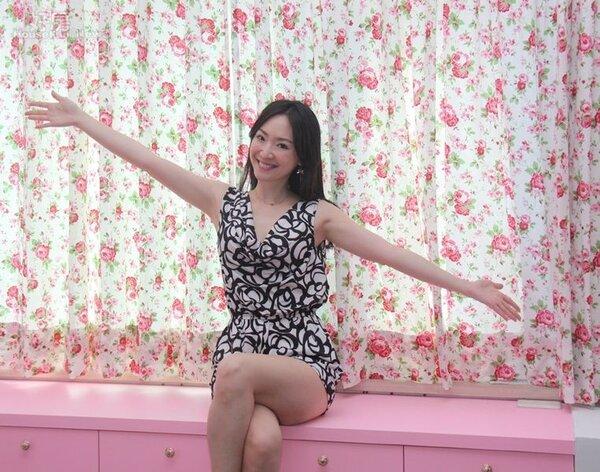 7.王俐人開心展示她精挑細選的玫瑰花花紋窗簾,此外靠窗邊的粉紅收納櫃也是後來裝的,表面可擺放鍋子、微波爐…等當作餐櫃用途。