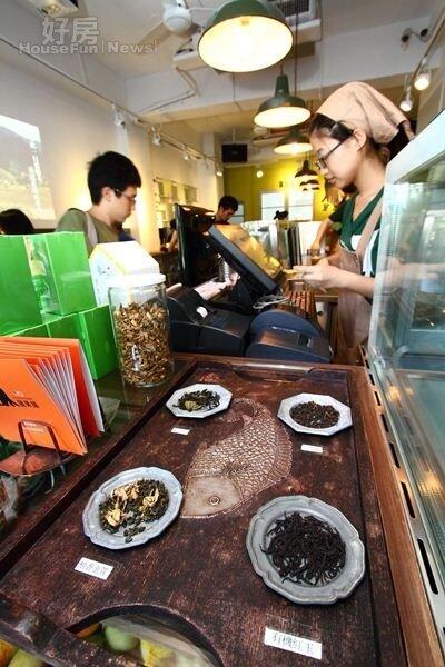 9.擺設茶款的板子也很有味道,目前店內使用的茶款有藍鵲、柚香金萱、紅玉和紅烏龍等四種。