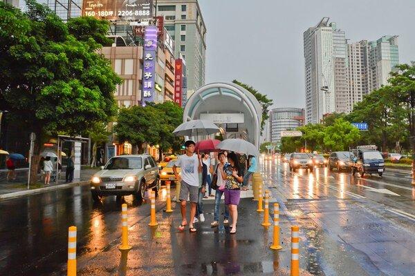 BRT設立的出入口就在馬路中間,但不像台北市的公車專用道有分隔島,民眾出入須經過大量車潮,令人怵目驚心、險象環生。(好房News記者 陳韋帆/攝影)