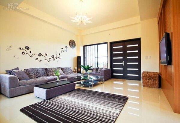2.客廳以白色大理石地板搭配紫色沙發,十分寬敞。