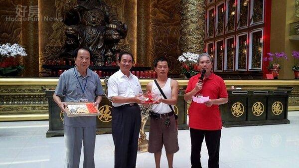 4李鵬(左一)是知名電視製作人,一手催生「桃園威天宮」。