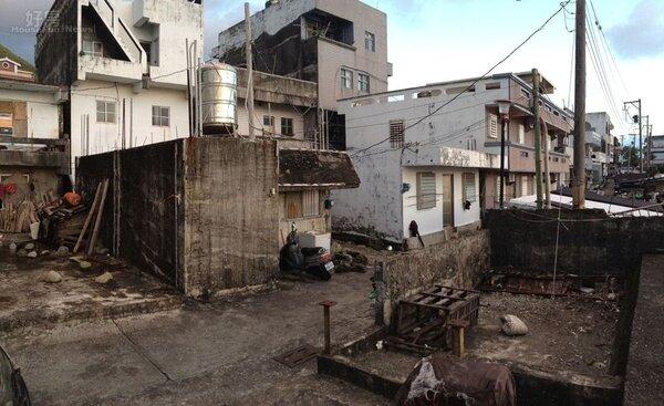 2.吃過一次悶虧,終於找到適合蓋房子的地點。(左邊有水塔那間是原始風貌)