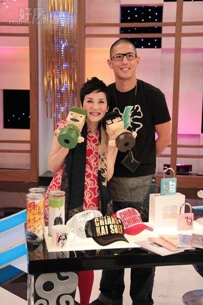 8蔣友柏(左)永遠是媒體焦點,以往曾接受過綜藝大姊大張小燕專訪,暢談創業理想。