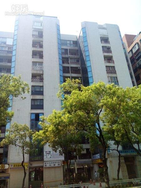 1外觀為「藍白」淺色系的「永勝大樓」建於1986年,頂樓兩戶打通為蔣方智怡所有。