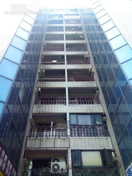 2大樓中央各樓層設有造型欄杆,在當時算是相當時髦的大樓。