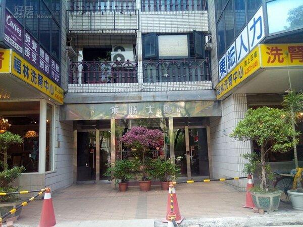 3一樓大廳門口看得出已有多年的歷史,兩側則多為店家。