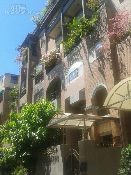 「芝園」古銅色外牆,古色古香,住戶喜歡種植花草,綠意盎然。