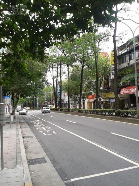 6民生東路五段綠樹林蔭,道路整齊清潔。