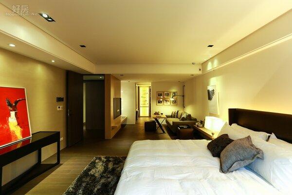 主臥室內還有另外一間相連的小客廳,有著現代開放式套房的設計概念在內。