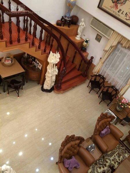 7.屋內有著舊式大戶人家的迴旋梯。