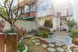 簡單的石踏板以及花園,營造出簡單樸實的風格。