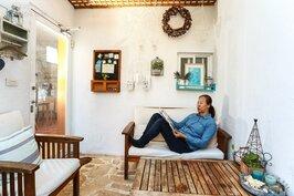 一杯茶、一本好書,窩在玄關的座位上發呆,也是十分愜意的事情。