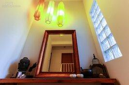 上二樓臥室的轉角,光線穿透玻璃磚灑滿了一角的亮麗。