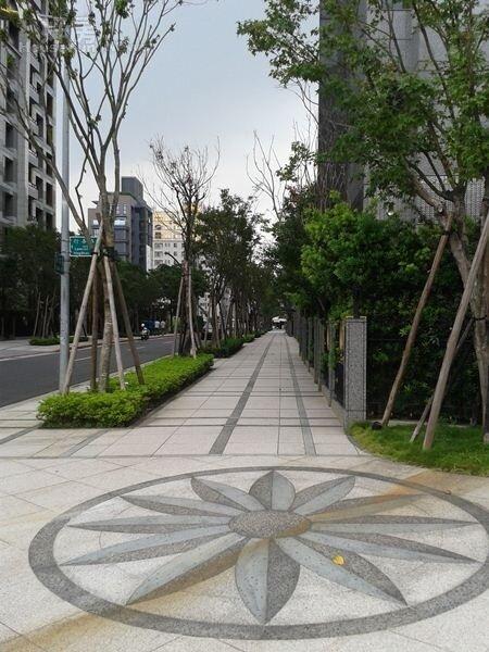 3門口外臨馬路特製的圓形大理石路面,設計典雅。