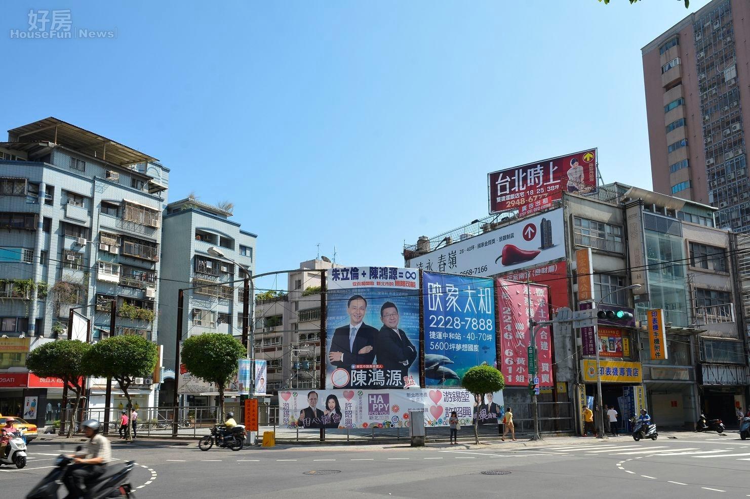 選舉廣告看板與建案廣告交雜並列。(好房網News記者 陳韋帆/攝影)