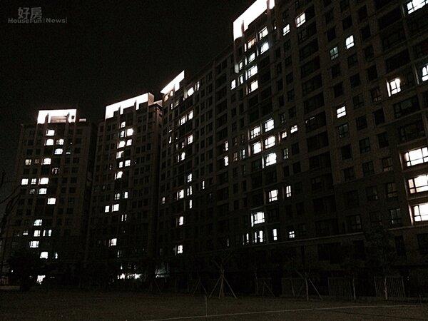 萬家燈火,點燈率多寡能看出自住與投資的比例。(圖/吳光中)
