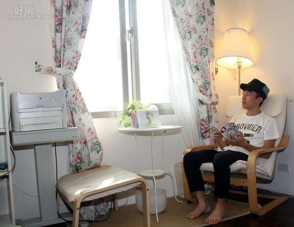 4.目前陳飛宏寄住在朋友開設瑜伽教室約6坪大客房中,平時沒工作時就會像照片中這樣愜意體驗生活。