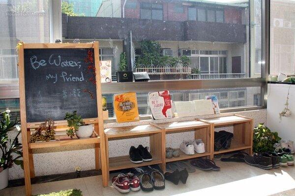 7.玄關處也以簡單的盆栽、造型黑板…等點綴,營造出充滿朝氣的氛圍。