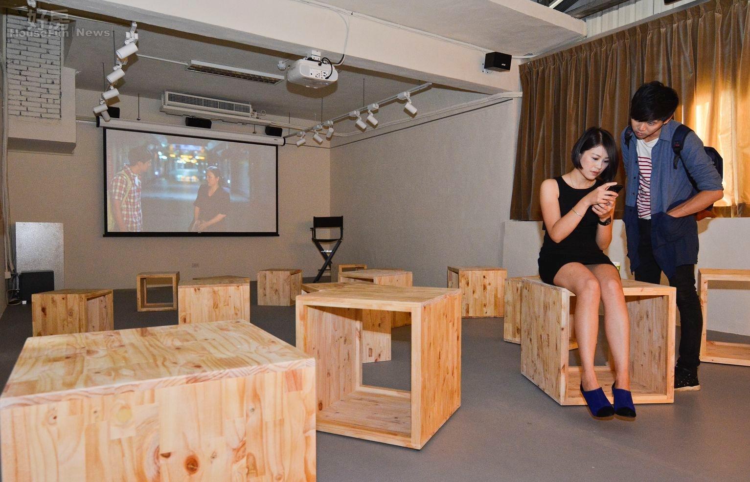 好思藝廊除了畫作等藝術品,同時提供播映室讓影片創作者也可享有展示平台。(好房網News記者 陳韋帆/攝影)