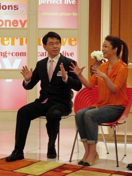 8劉寶傑(左)曾在談話節目《現在才知道》與薇薇安暢談房產投資買賣。