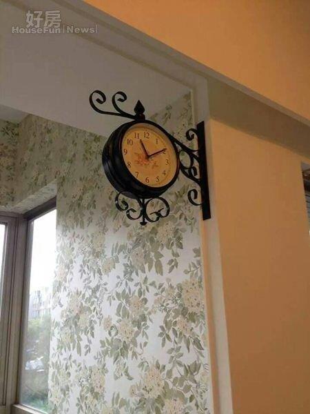 3.牆面挑選淺綠碎花款壁紙,裝飾時鐘也很復古。