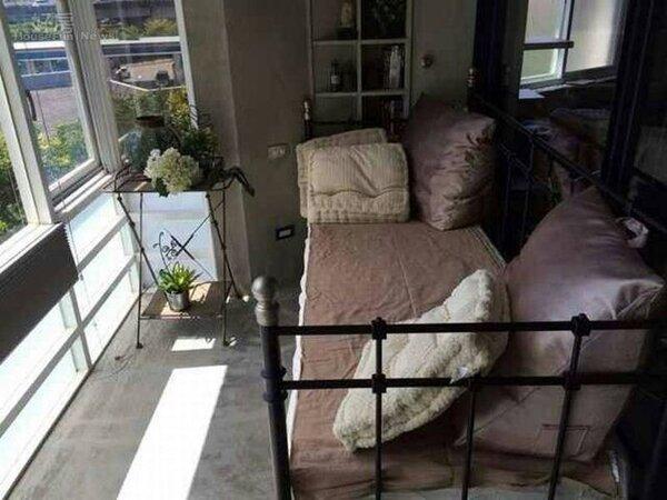 8.主臥採用英式鐵架床,一旁的落地窗採光很棒。