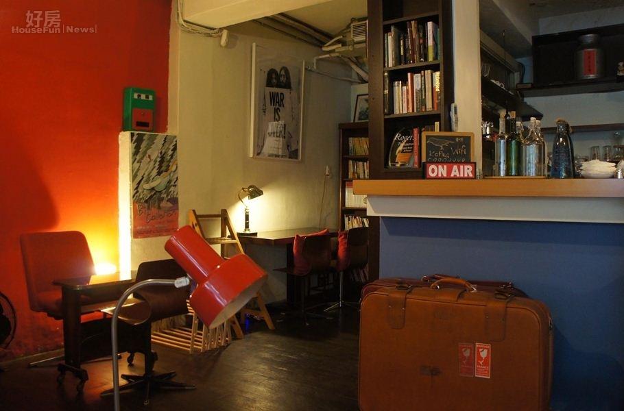 2.裝潢部份包括電影海報、音樂唱片、大面書櫃等則延續與海邊的卡夫卡相同元素。
